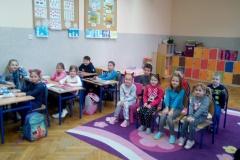Przedszkolaki na zajęciach w klasie 1c
